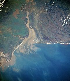 desembocadura de rio con sedimentos
