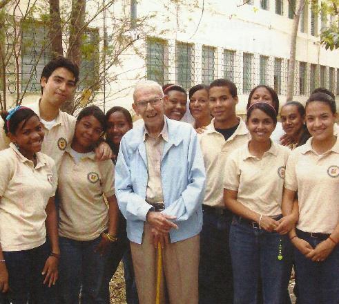 Padre Cicero con estudiantes del Instituto Politécnico Loyola.