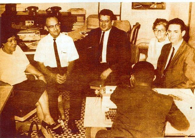 Donald Dod (con camisa blanca y corbata) y su esposa Tudy (a su izquierda) con los demás fundadores de Profamilia